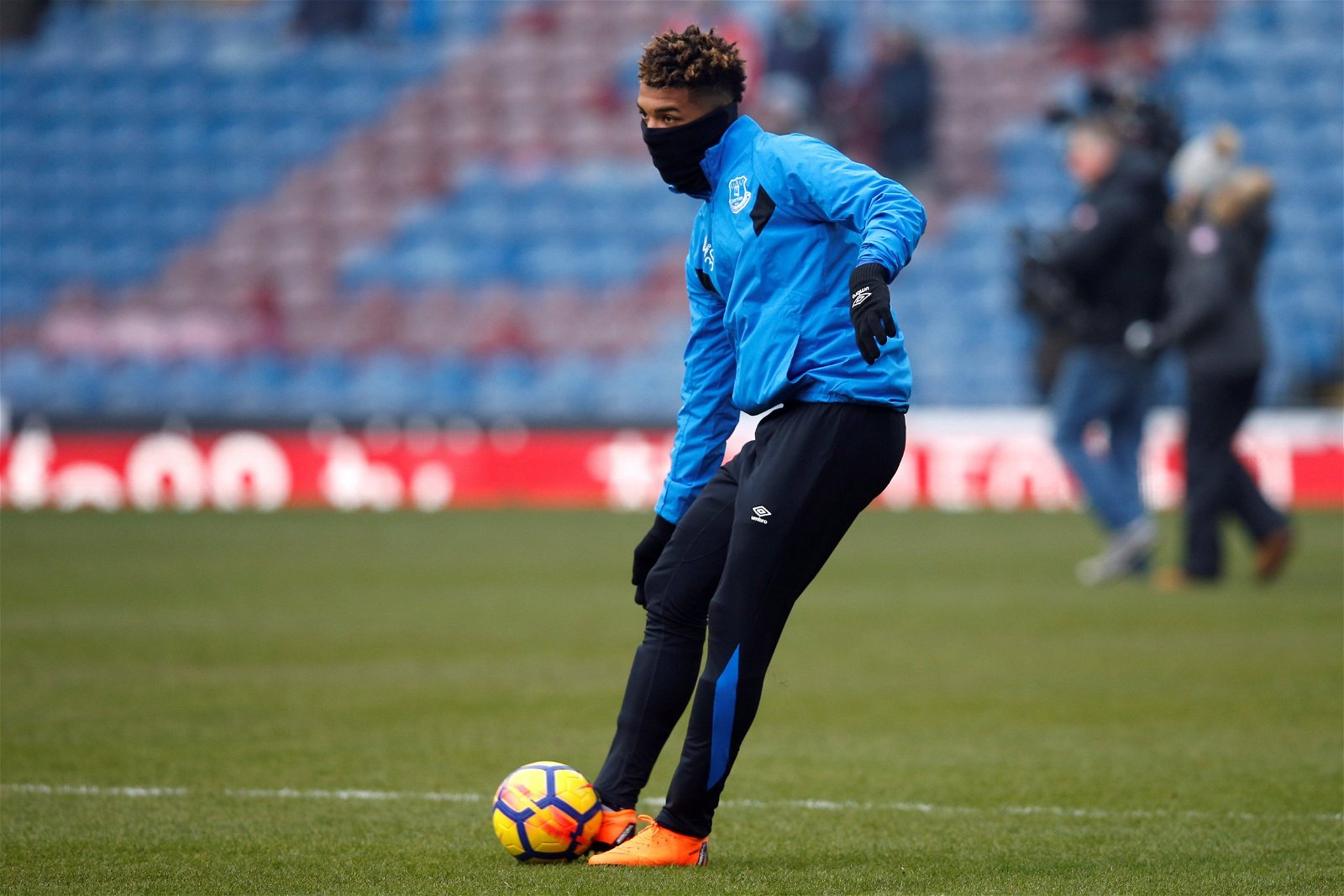 Mason Holgate warms up