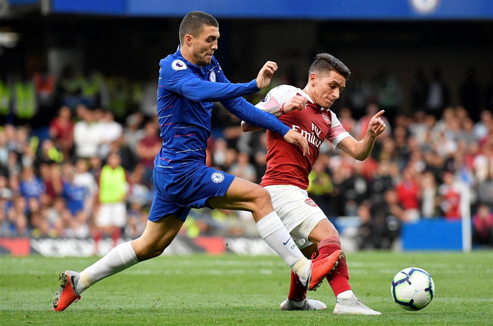 Mateo Kovacic battles Lucas Torreira for the ball