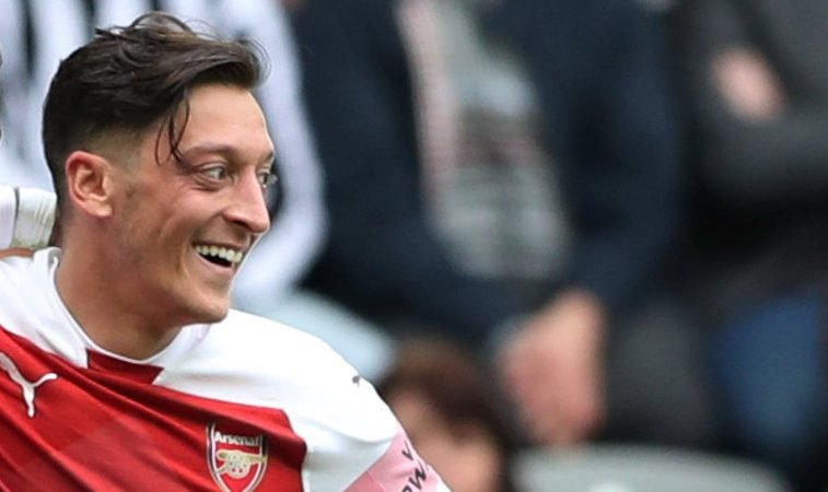 Mesut Ozil's lovely gesture melts the hearts of Arsenal fans