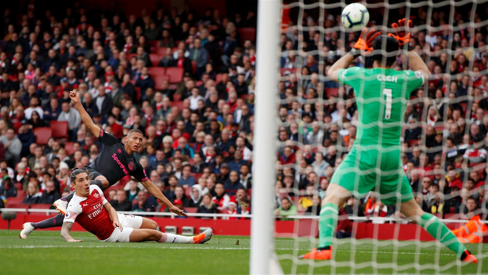 Richarlison shoots against Arsenal