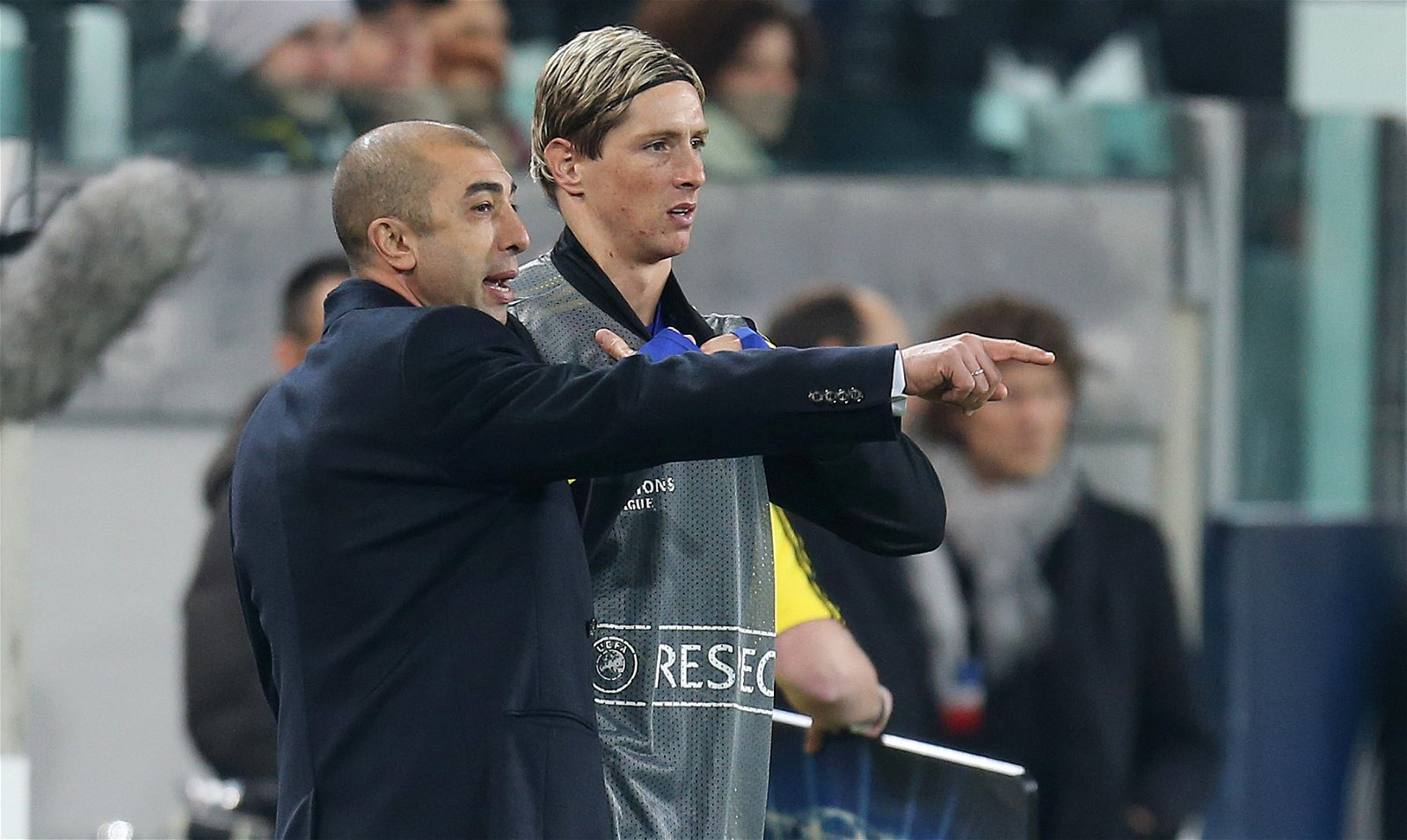 Roberto Di Matteo gives instructions to Fernando Torres