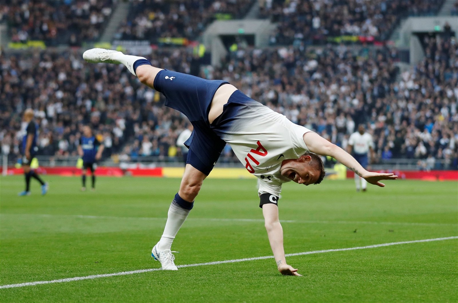 Robbie Keane does the cartwheel